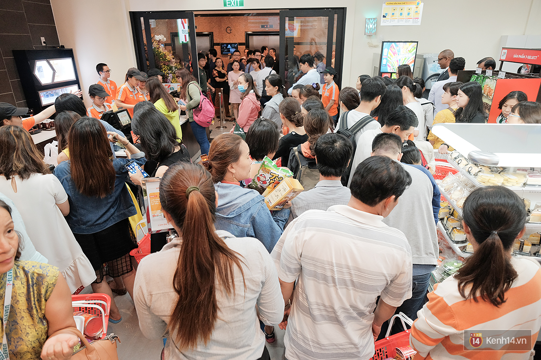 Khách xếp hàng dài vào mua sắm ở 7-Eleven Sài Gòn trong ngày đầu tiên mở cửa - Ảnh 3.