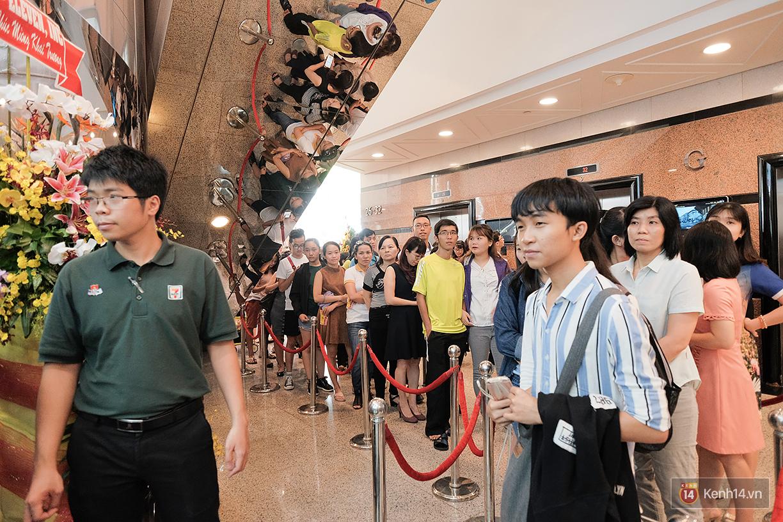 Khách xếp hàng dài vào mua sắm ở 7-Eleven Sài Gòn trong ngày đầu tiên mở cửa - Ảnh 2.
