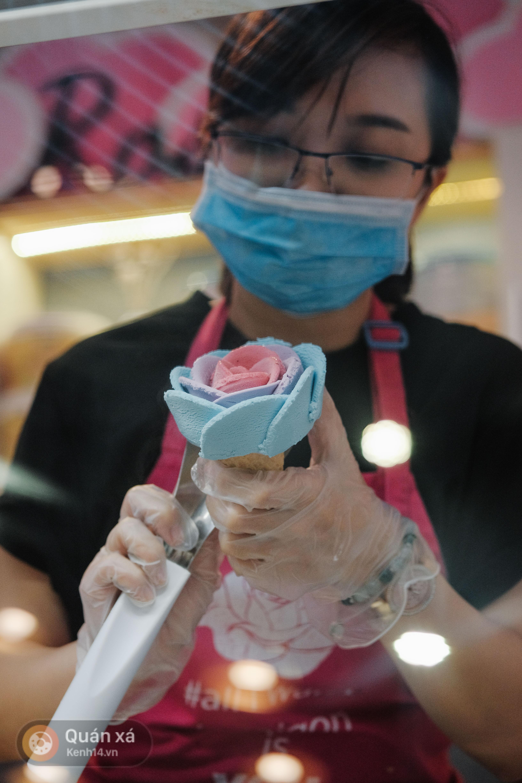 Sài Gòn: Đi thử ngay món kem hoa hồng đang khiến cư dân mạng thế giới sốt xình xịch - Ảnh 9.