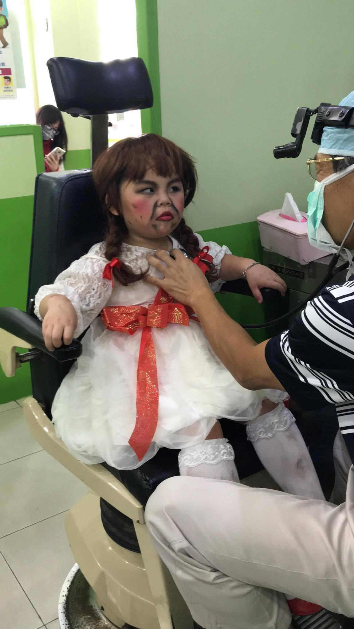 Khi Annabelle mọc râu và phải đi khám bệnh ngay sau bữa tiệc Halloween cùng các bạn - Ảnh 3.
