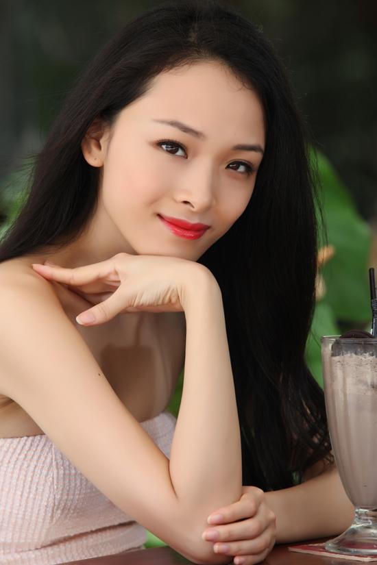 Trương Hồ Phương Nga, sinh năm 1987, sống tại Hà Nội. Năm 1999 theo bố mẹ định cư tại Nga. Năm 2007 trở thành Hoa hậu người Việt tại Nga, năm 2009 trở về Việt Nam. Cô được báo Trung nhận xét là có ngoại hình giống với Chương Tử Di