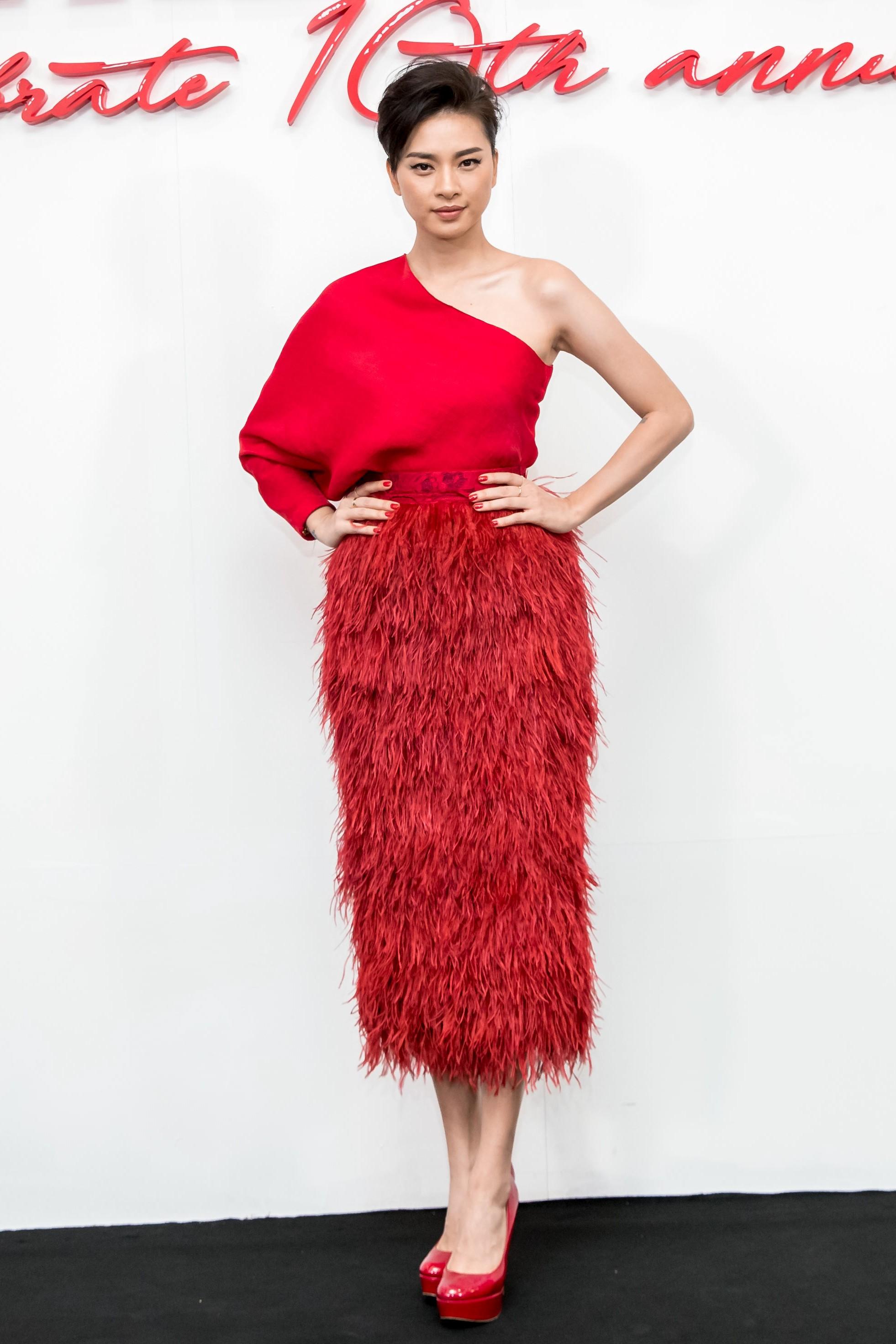 Angela Phương Trinh mang cả tổ chim lên đầu, nổi bật giữa dàn mỹ nhân tuyền màu đỏ của NTK Đỗ Mạnh Cường - Ảnh 13.