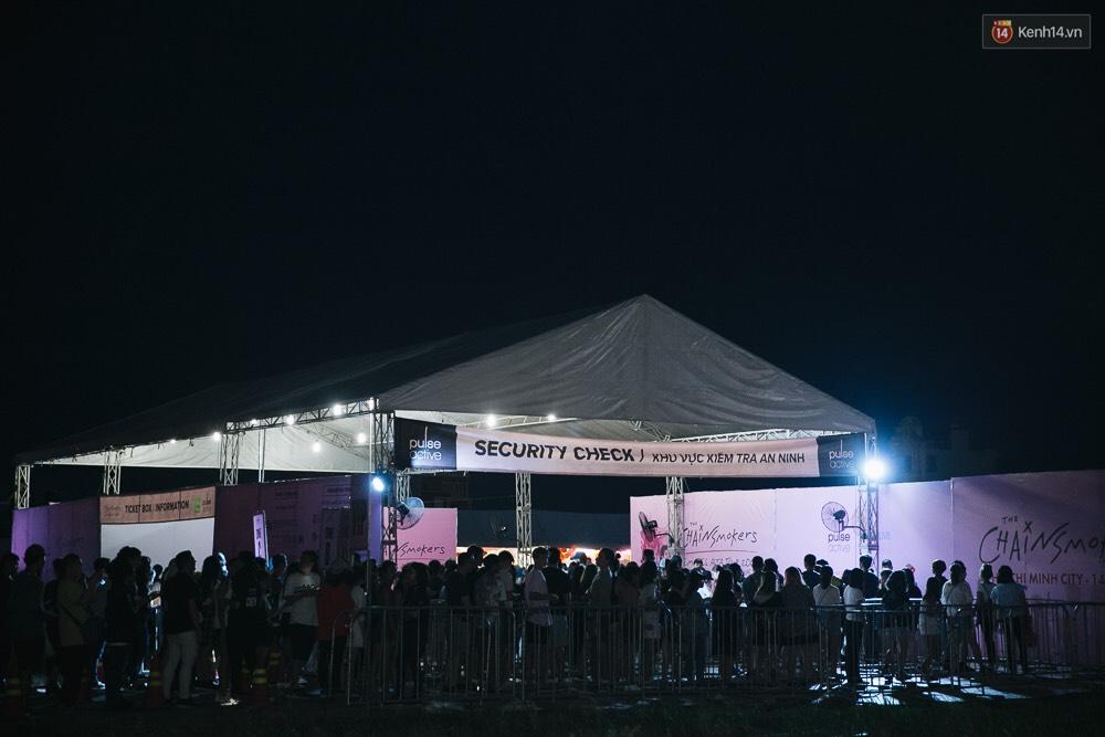 Chính các raver trong nước cũng phải bất ngờ vì khán giả đi xem show The Chainsmokers ở Việt Nam quá đông - Ảnh 5.