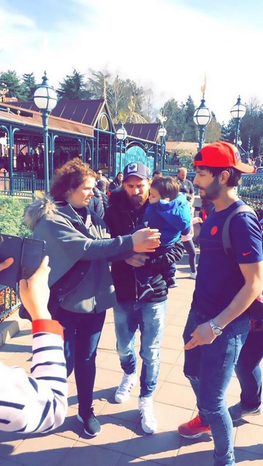 Messi ngụy trang kín mít thăm thú Disneyland - Ảnh 3.