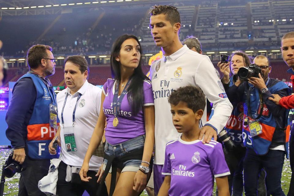Ronaldo và Georgina đi khám bác sĩ, chuẩn bị đón super baby - Ảnh 1.