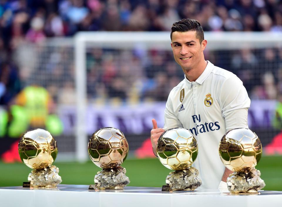 Hình ảnh Ronaldo nhận Quả bóng vàng xuất hiện trên mạng xã hội
