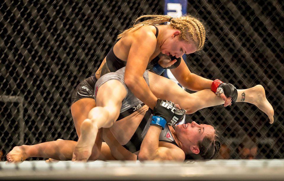 Sao nữ UFC lộ nguyên bầu ngực trên sóng truyền hình trực tiếp - Ảnh 2.