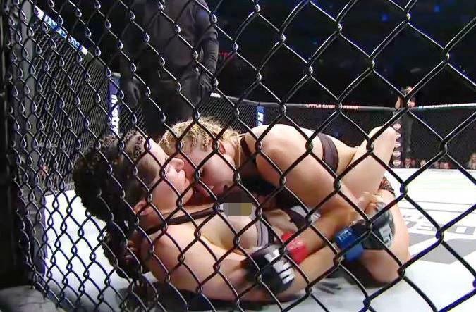Sao nữ UFC lộ nguyên bầu ngực trên sóng truyền hình trực tiếp - Ảnh 1.