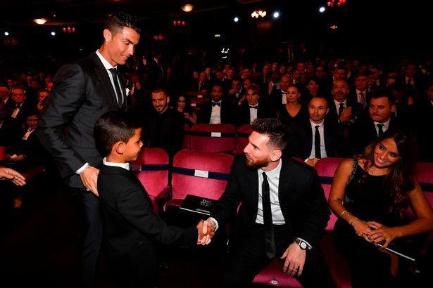 Ronaldo phải chật vật mới khiến cậu con trai lớn Cristiano Jr ngồi ăn tối - Ảnh 3.