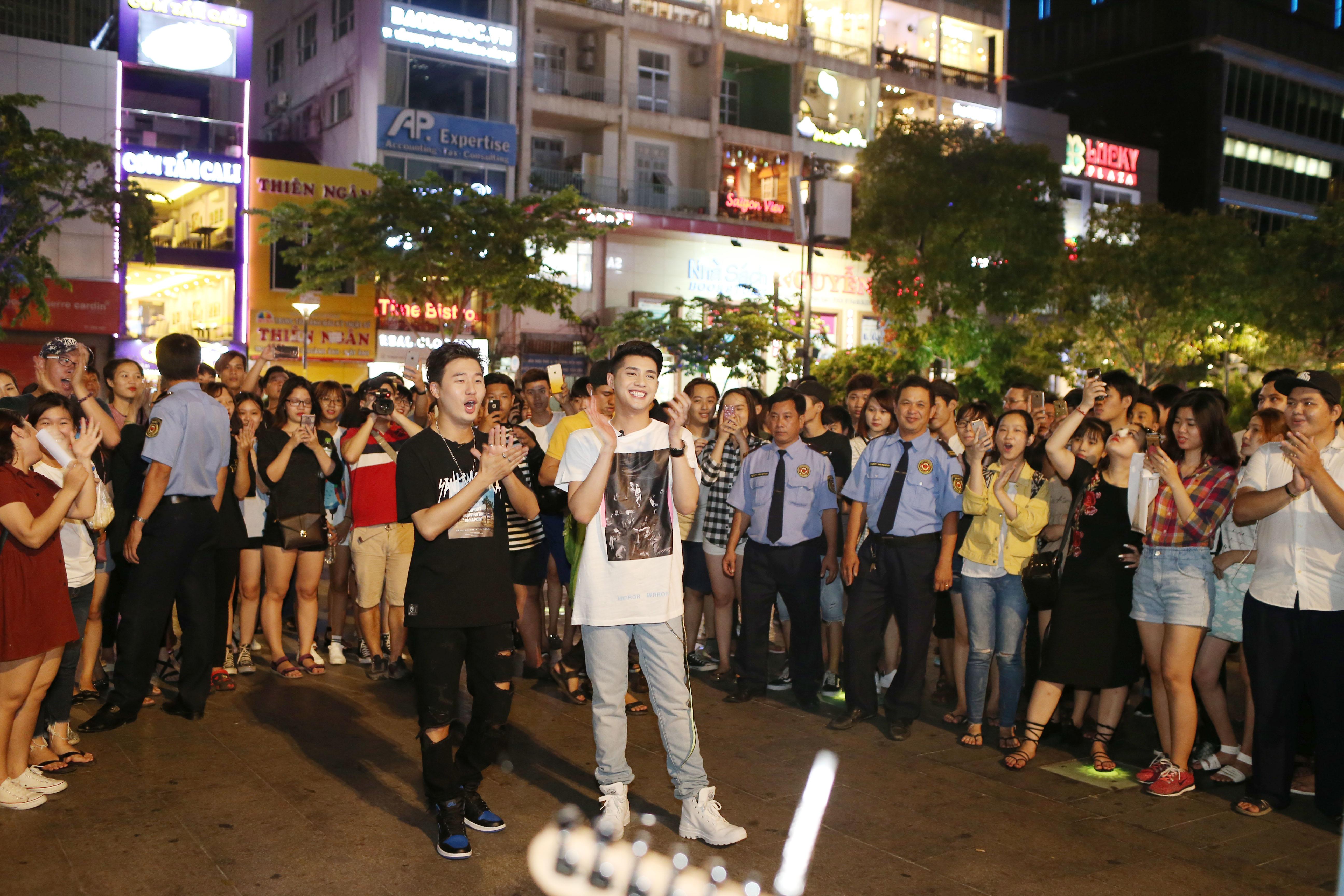 Noo Phước Thịnh cùng rapper Basick làm náo loạn phố đi bộ về đêm - Ảnh 8.