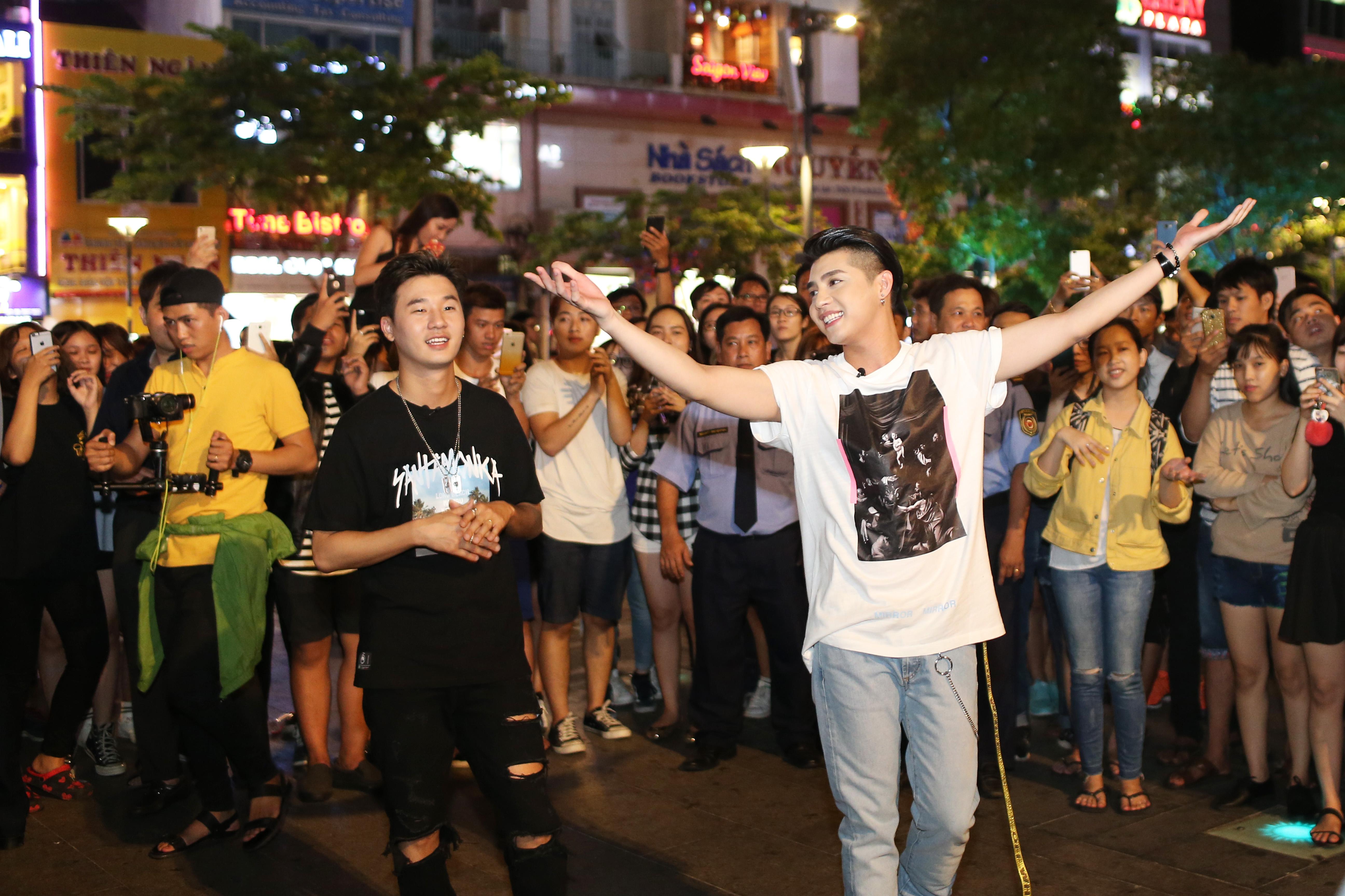 Noo Phước Thịnh cùng rapper Basick làm náo loạn phố đi bộ về đêm - Ảnh 6.