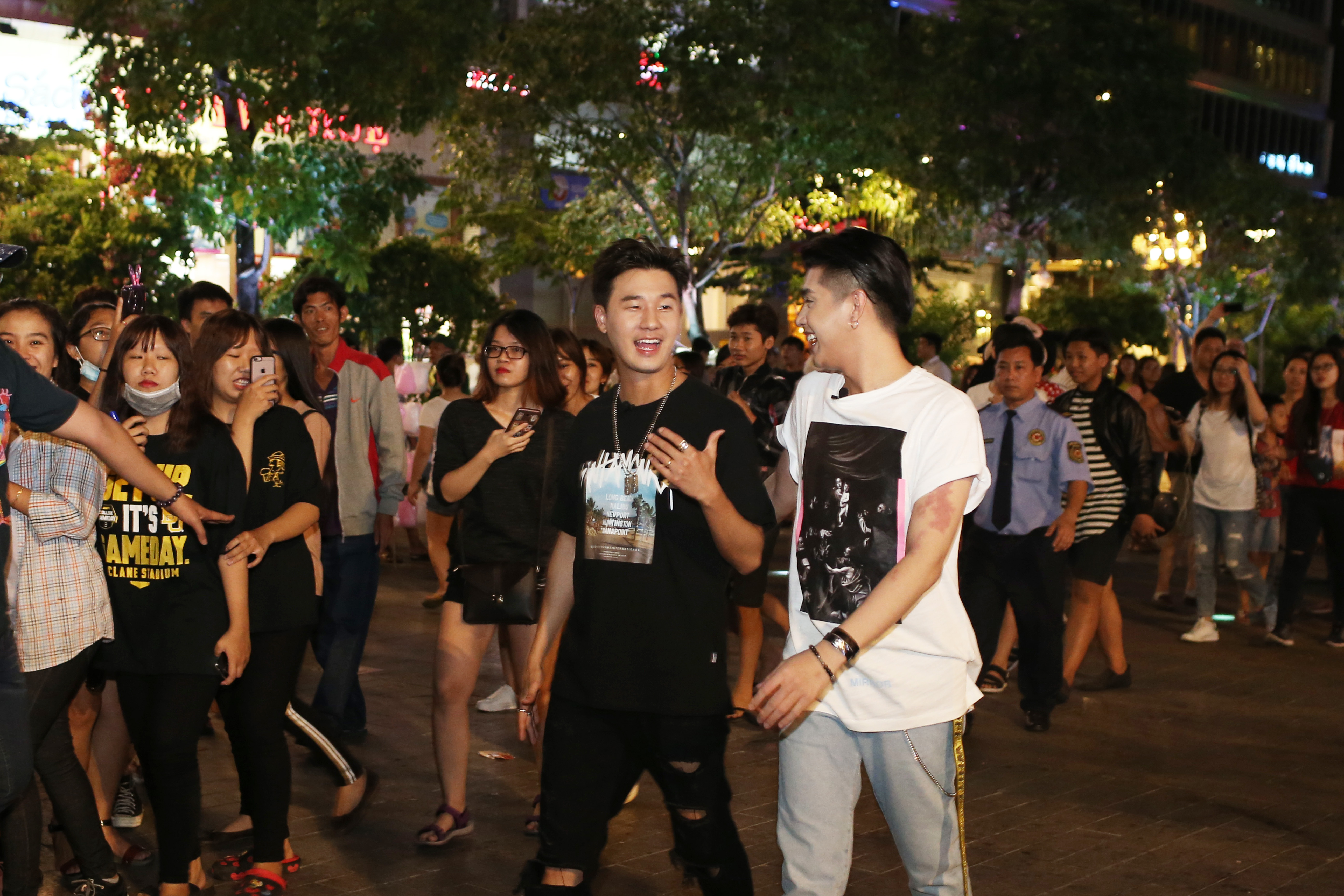 Noo Phước Thịnh cùng rapper Basick làm náo loạn phố đi bộ về đêm - Ảnh 5.