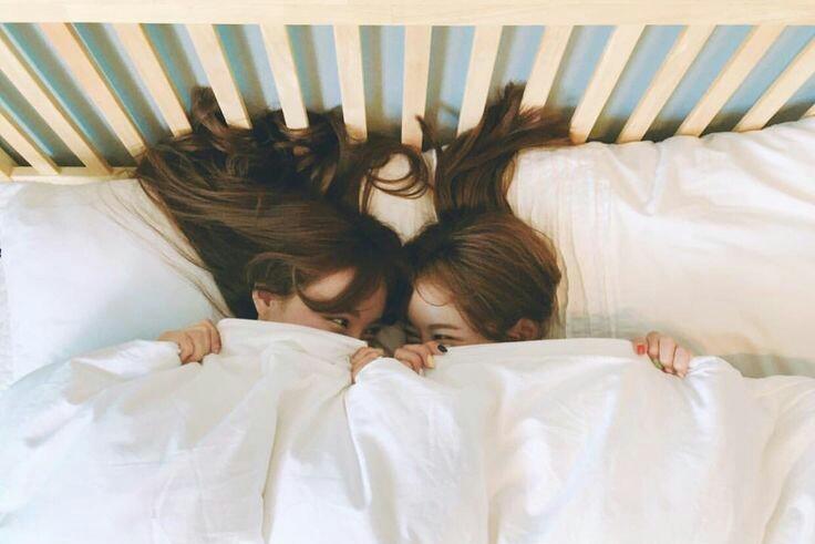 Những mối nguy hại khôn lường của thói quen trùm chăn kín đầu khi ngủ - Ảnh 2.