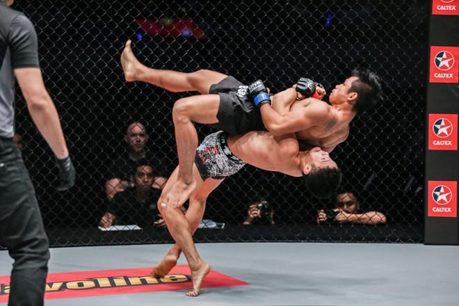 Rợn người với tuyệt chiêu của võ sĩ người Trung Quốc suýt làm đối thủ gãy cổ - Ảnh 4.