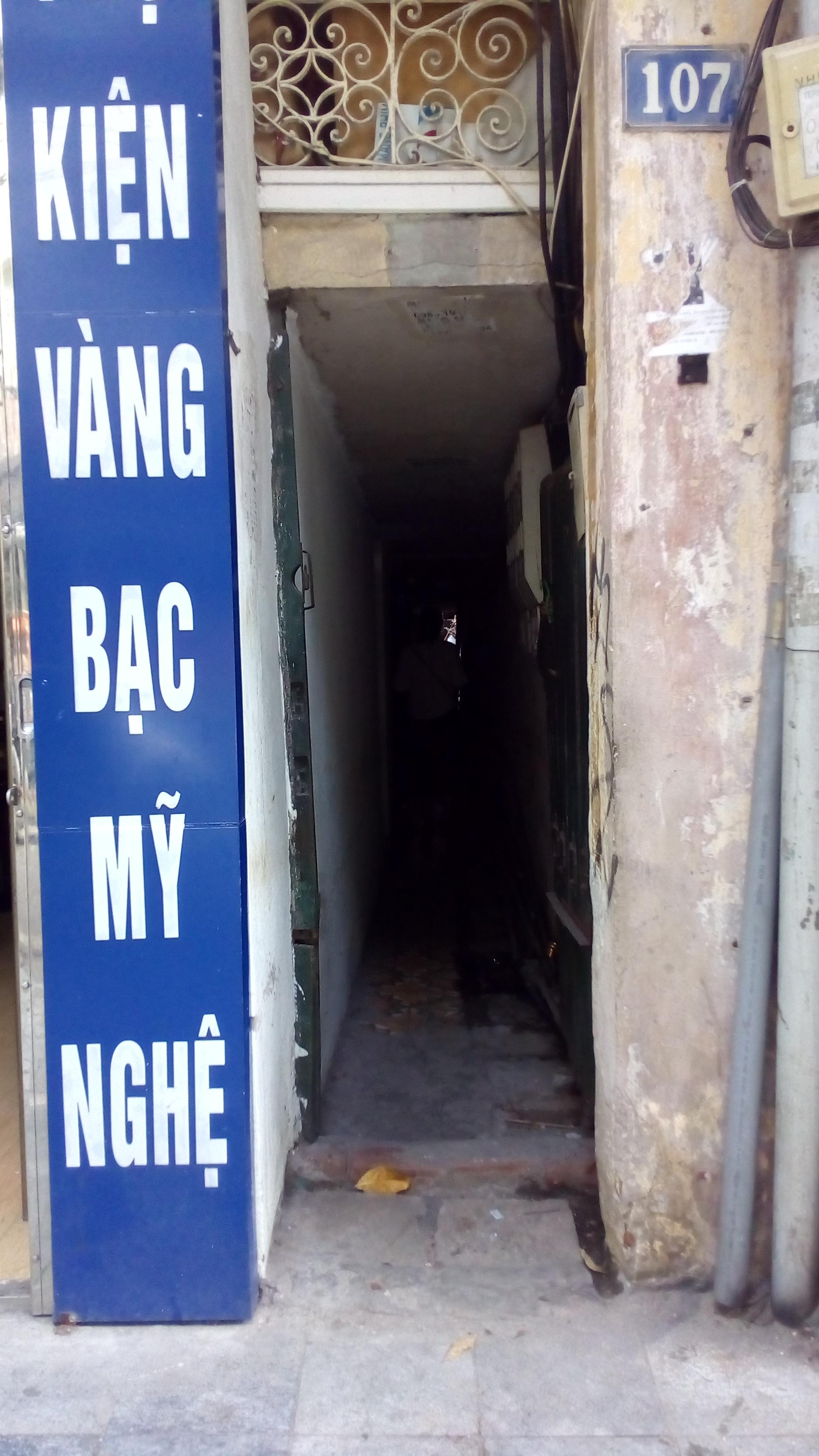 Hà Nội: 2 thế hệ cùng sinh sống trên nóc nhà vệ sinh công cộng ở phố Hàng Bạc - Ảnh 1.