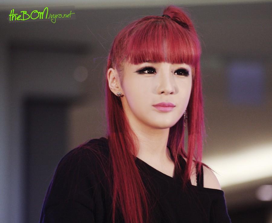 Cố nhuộm lại tóc đỏ như thời đỉnh cao nhan sắc nhưng Park Bom vẫn bị chê vì khuôn mặt biến dạng - Ảnh 2.