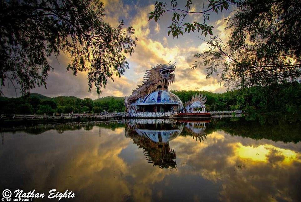 Công viên nước bỏ hoang tại Việt Nam rùng rợn và ma mị qua ống kính phóng viên Úc - Ảnh 1.