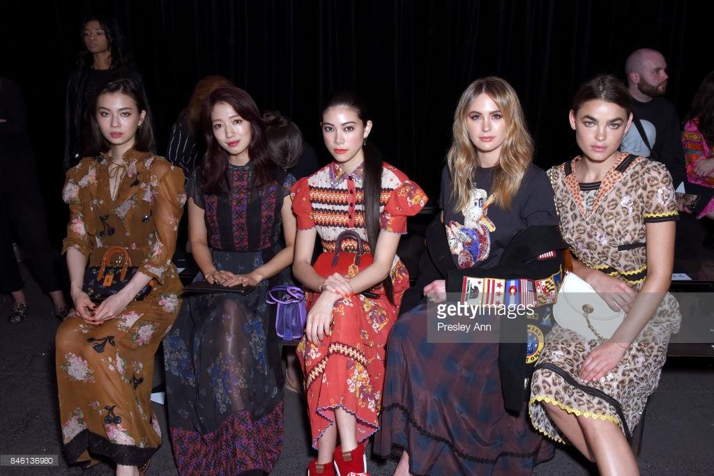 Park Shin Hye váy vóc điệu đà, Jessica Jung kín cổng cao tường tham dự NYFW - Ảnh 10.