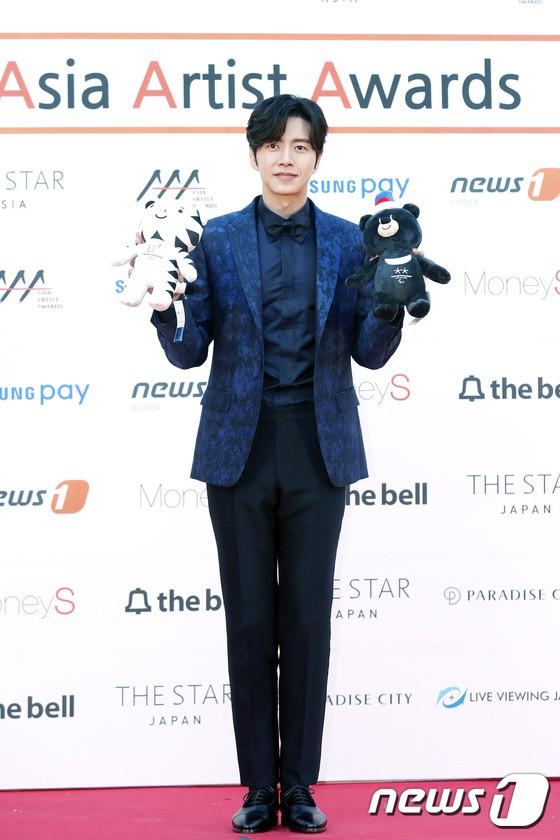 Asia Artist Awards bê cả showbiz lên thảm đỏ: Yoona, Suzy lép vế trước Park Min Young, hơn 100 sao Hàn lộng lẫy đổ bộ - Ảnh 39.
