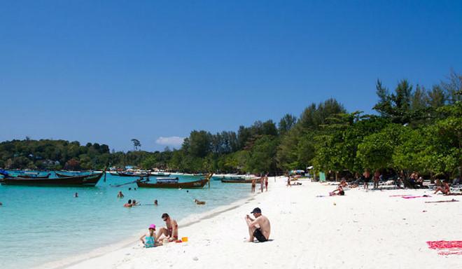 Thái Lan: Ban hành lệnh cấm hút thuốc lá trên bãi biển, vi phạm phải nộp phạt gần 70 triệu - Ảnh 1.