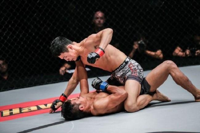 Rợn người với tuyệt chiêu của võ sĩ người Trung Quốc suýt làm đối thủ gãy cổ - Ảnh 3.