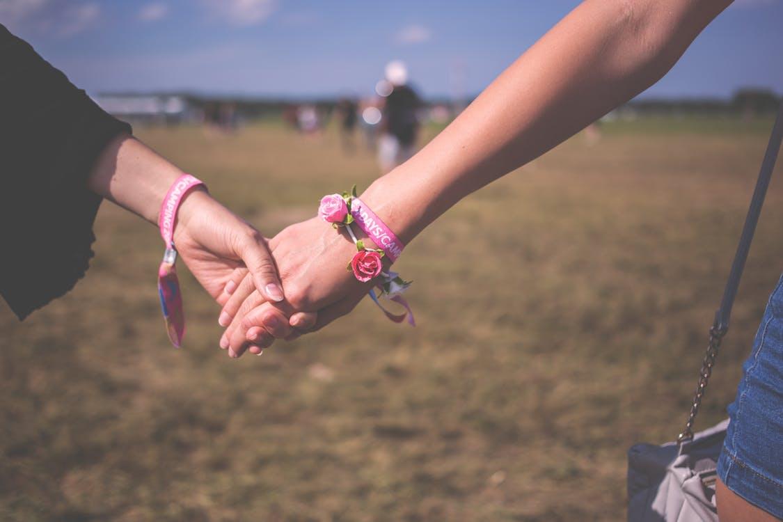 Đừng so sánh và tị nạnh với tình yêu của người khác, vì mọi sự so sánh đều khập khiễng - Ảnh 2.