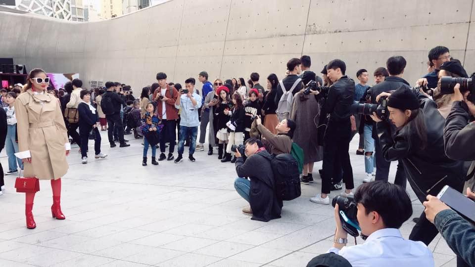 Cuối cùng, Hoa hậu Phạm Hương cũng đã chịu xuất hiện tại Seoul Fashion Week! - Ảnh 2.
