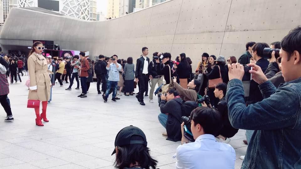 Cuối cùng, Hoa hậu Phạm Hương cũng đã chịu xuất hiện tại Seoul Fashion Week! - Ảnh 3.