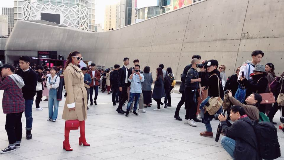 Cuối cùng, Hoa hậu Phạm Hương cũng đã chịu xuất hiện tại Seoul Fashion Week! - Ảnh 4.