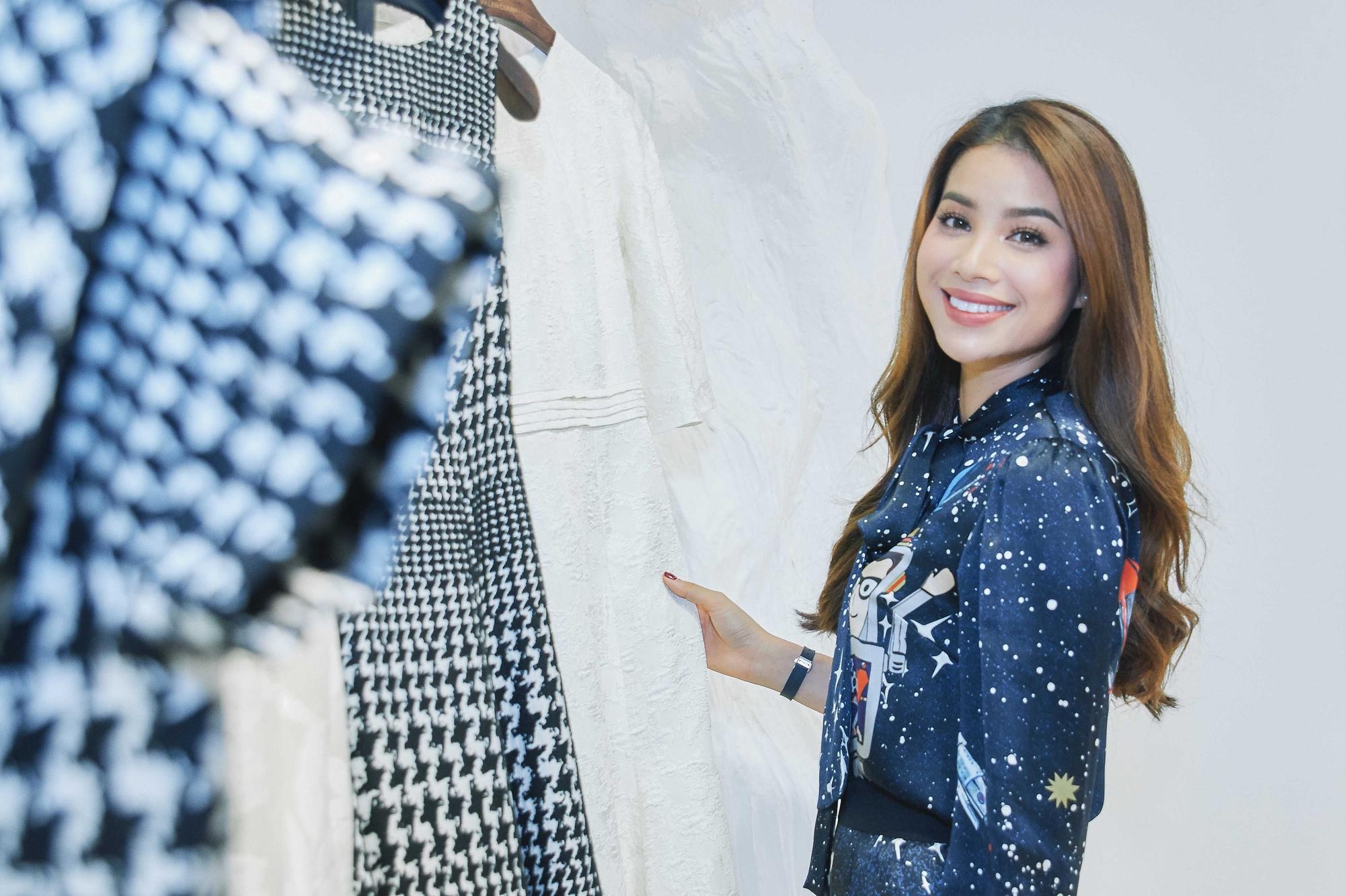 Kỳ Duyên ngày một ra dáng fashion icon, đọ sắc với Phạm Hương trong buổi thử đồ của NTK Adrian Anh Tuấn - Ảnh 1.