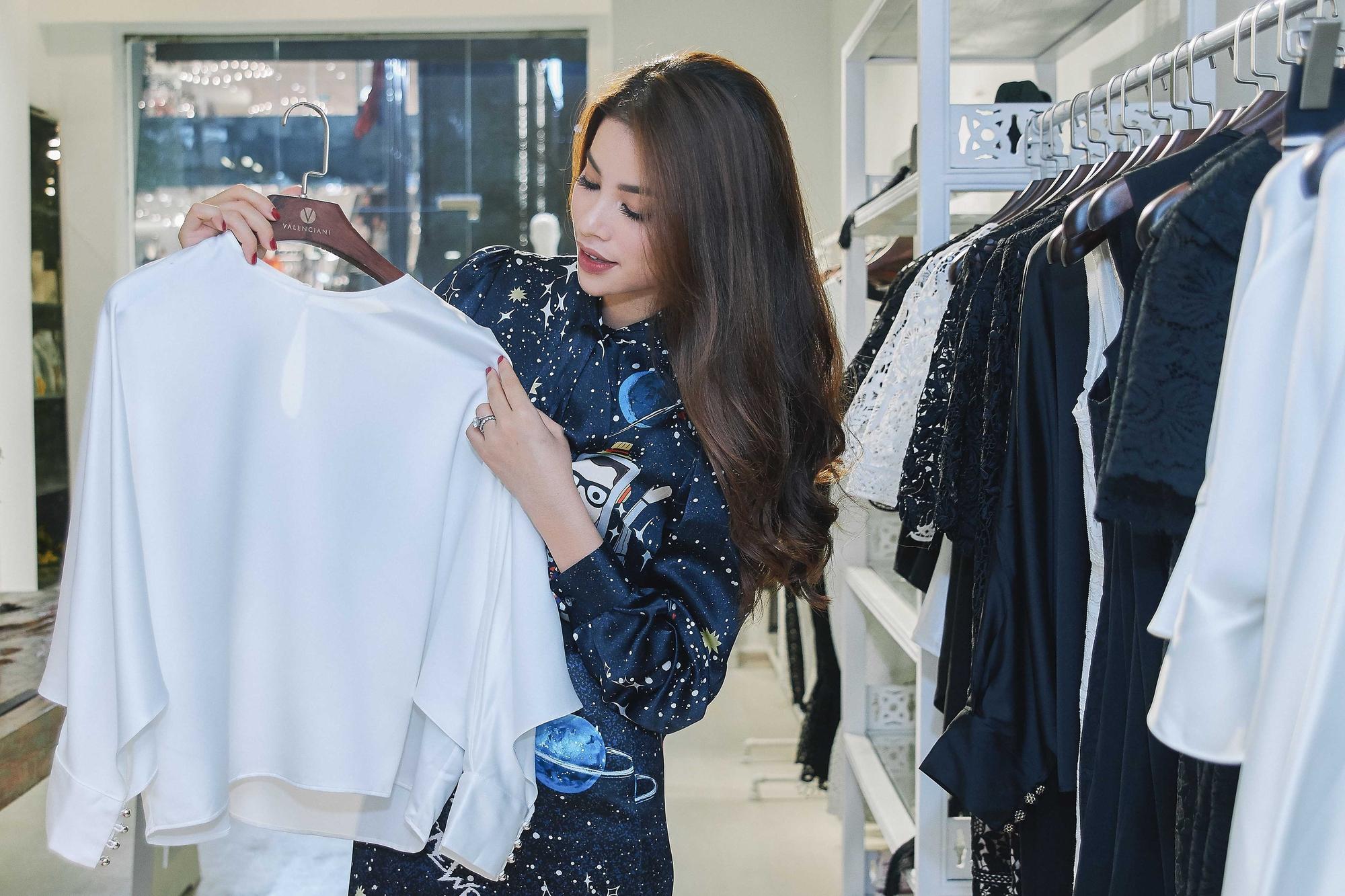 Kỳ Duyên ngày một ra dáng fashion icon, đọ sắc với Phạm Hương trong buổi thử đồ của NTK Adrian Anh Tuấn - Ảnh 2.