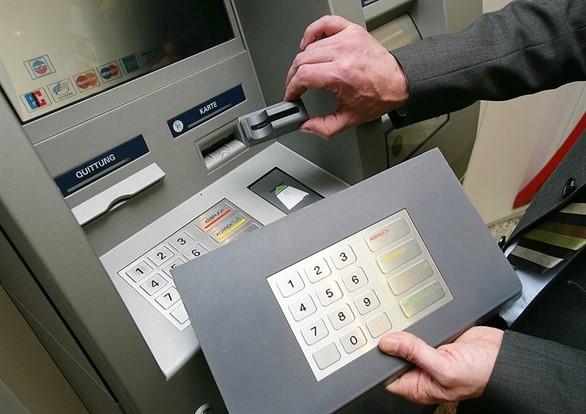 Lật tẩy chiêu trò đánh cắp tiền từ ATM ở TP.HCM - Ảnh 2.