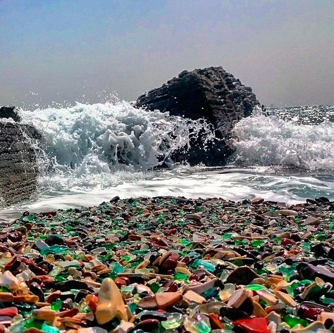 Hàng triệu mảnh thủy tinh bị vứt xuống biển, 10 năm sau điều không ai ngờ đến đã xảy ra - Ảnh 2.