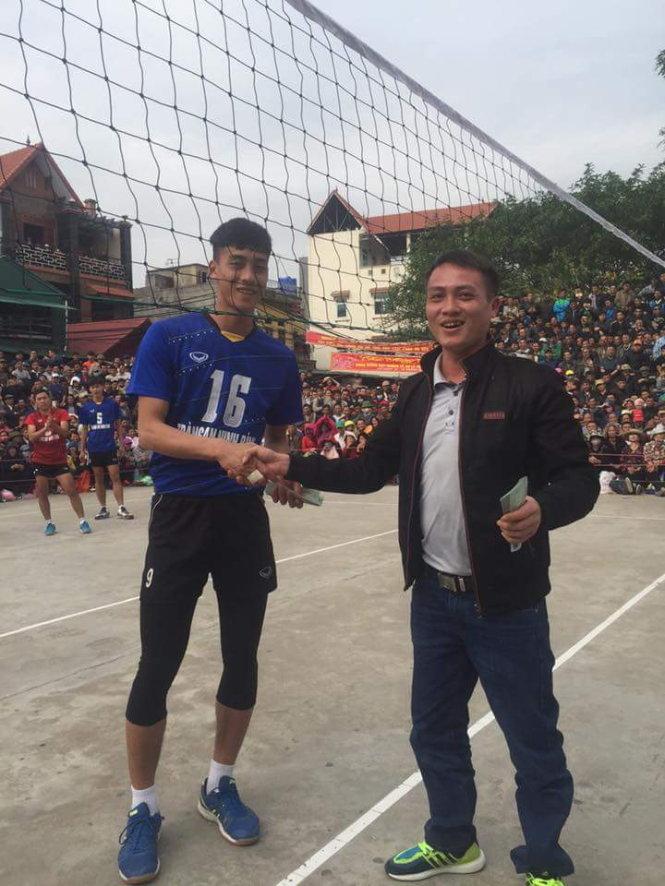 Thi đấu ở hội làng, một VĐV bóng chuyền bị gãy chân - Ảnh 1.
