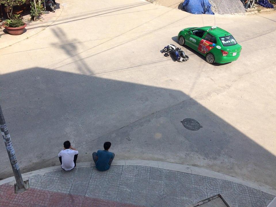 Cách hành xử văn minh: Sau va chạm, 2 thanh niên ngồi tâm sự như đôi bạn thân chờ CSGT đến giải quyết - Ảnh 3.