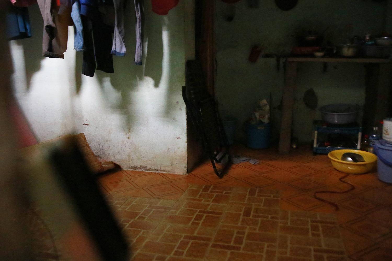 Cảnh thuê trọ chật vật, tạm bợ của hai mẹ con cậu bé trong bức ảnh xếp dép - Ảnh 6.