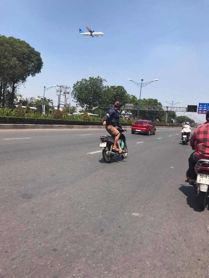Clip: Quái xế vắt chân một bên, điều khiển xe bằng 1 tay lạng lách trên đường - Ảnh 2.