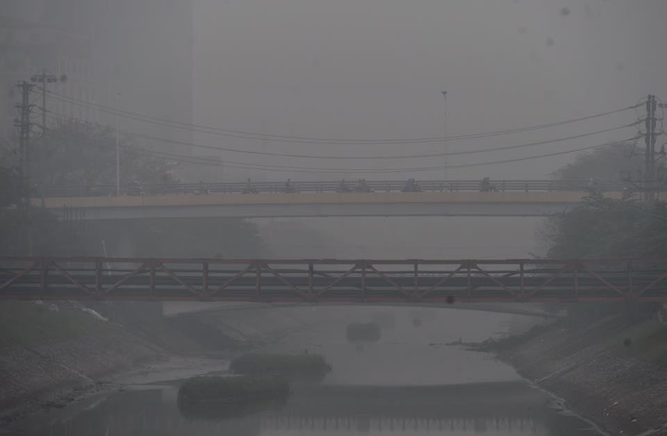 Chùm ảnh: Hà Nội mờ ảo trong sương mù dày đặc ngày cuối tuần - Ảnh 4.