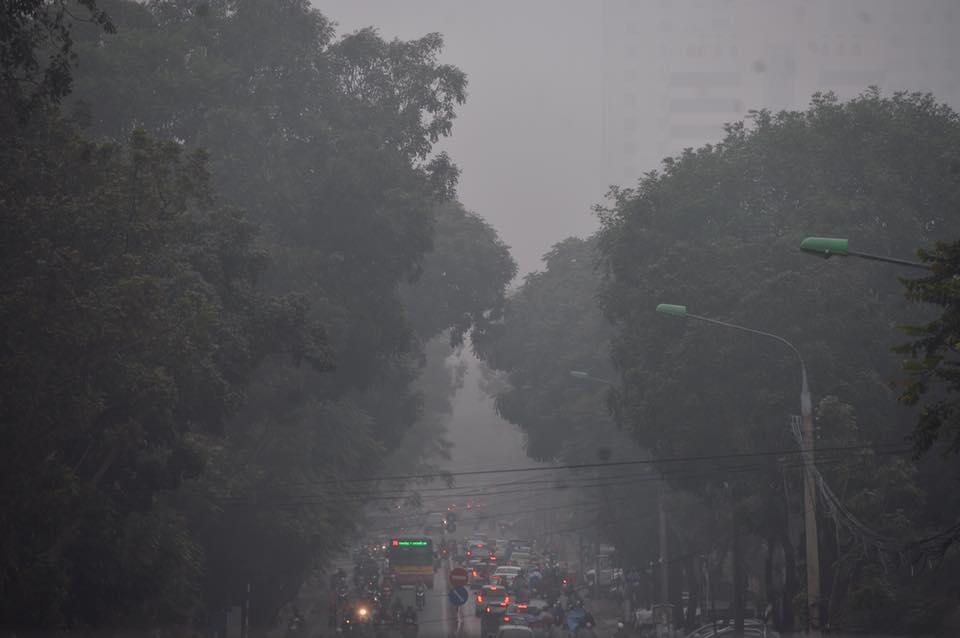 Chùm ảnh: Hà Nội mờ ảo trong sương mù dày đặc ngày cuối tuần - Ảnh 5.