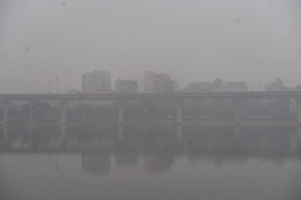 Chùm ảnh: Hà Nội mờ ảo trong sương mù dày đặc ngày cuối tuần - Ảnh 7.