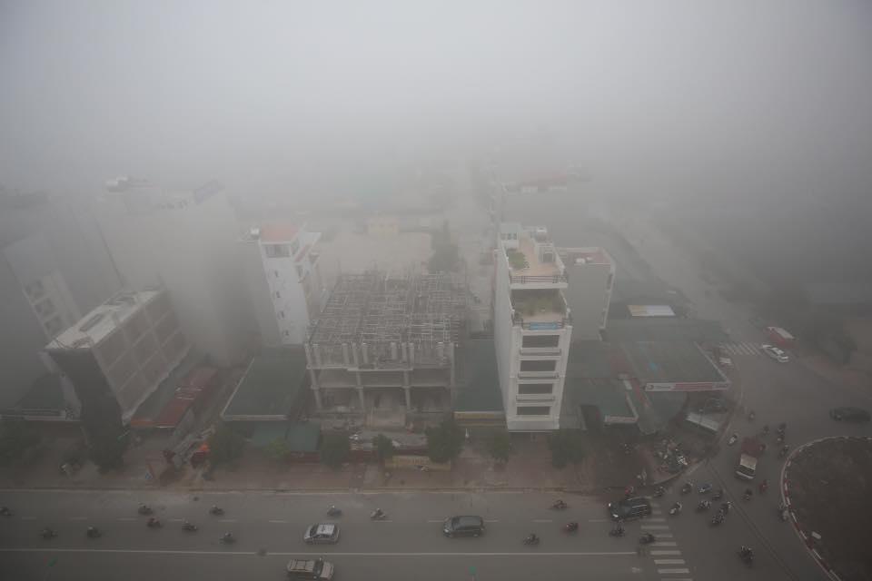 Chùm ảnh: Hà Nội mờ ảo trong sương mù dày đặc ngày cuối tuần - Ảnh 9.