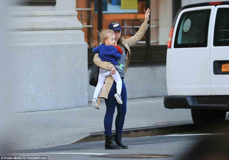Ái nữ nhà Clinton bị bắt gặp đón taxi đưa con đi học - Ảnh 1.