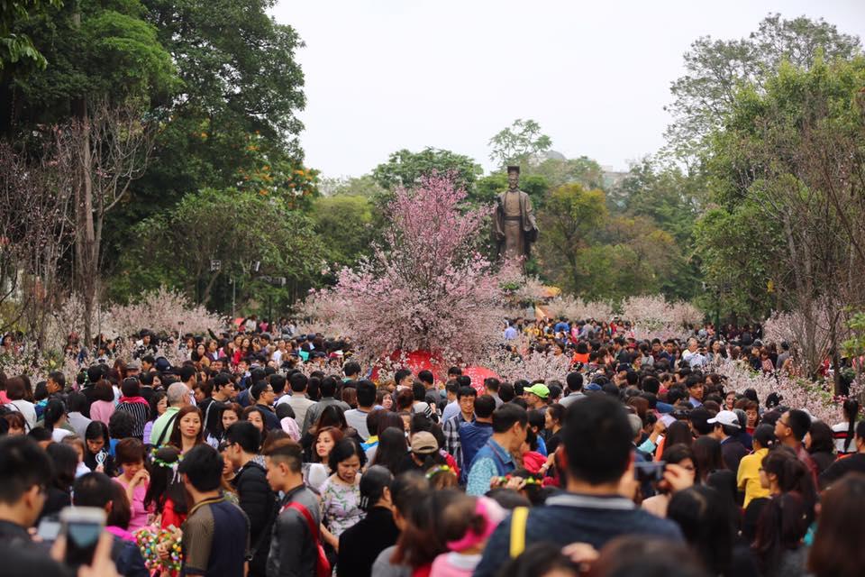 Nắng đẹp sau nhiều ngày mưa phùn, người dân Thủ đô ùn ùn kéo nhau lên phố đi bộ - Ảnh 3.
