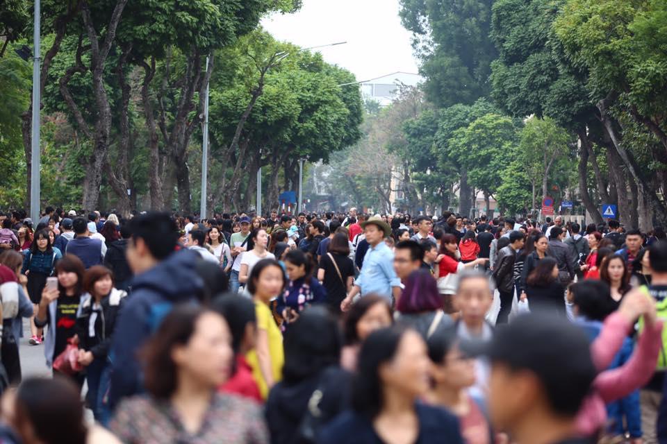 Nắng đẹp sau nhiều ngày mưa phùn, người dân Thủ đô ùn ùn kéo nhau lên phố đi bộ - Ảnh 2.