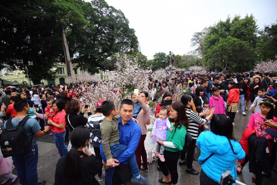 Nắng đẹp sau nhiều ngày mưa phùn, người dân Thủ đô ùn ùn kéo nhau lên phố đi bộ - Ảnh 5.