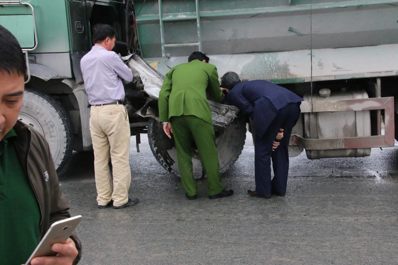 Chùm ảnh: Hiện trường vụ xe đón dâu đâm vào xe tải khiến 3 người thiệt mạng, 16 người khác bị thương - Ảnh 8.