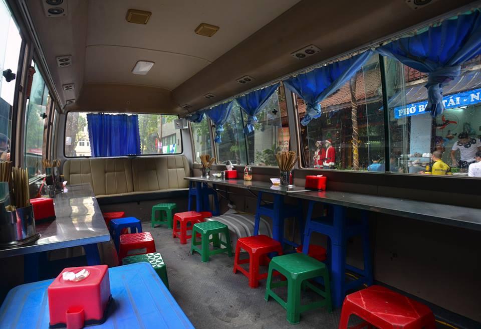 Xuất hiện quán ăn phục vụ ngay trên ô tô 29 chỗ sau chiến dịch đòi lại vỉa hè ở Hà Nội - Ảnh 4.