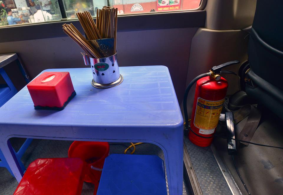 Xuất hiện quán ăn phục vụ ngay trên ô tô 29 chỗ sau chiến dịch đòi lại vỉa hè ở Hà Nội - Ảnh 5.