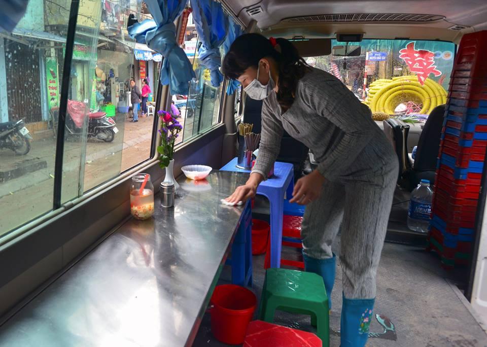 Xuất hiện quán ăn phục vụ ngay trên ô tô 29 chỗ sau chiến dịch đòi lại vỉa hè ở Hà Nội - Ảnh 6.