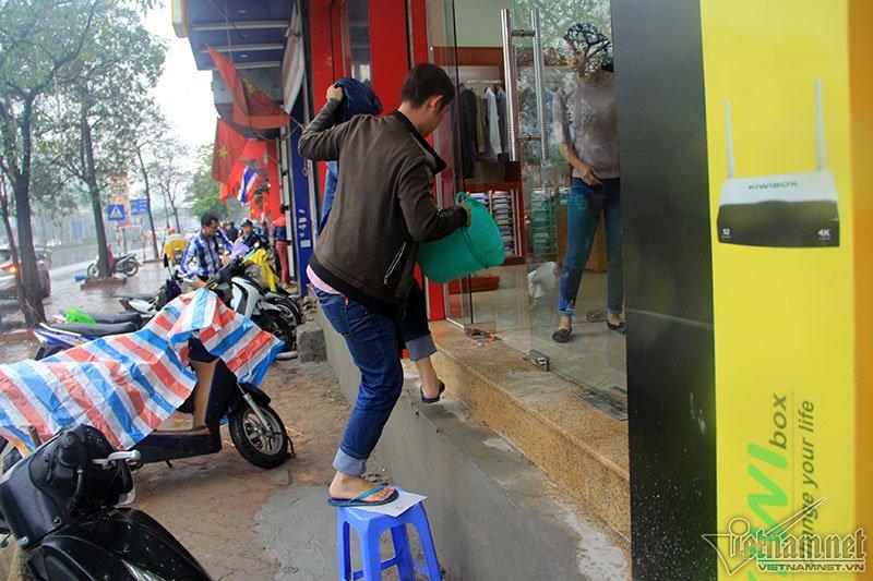 Hà Nội: Bắc ghế, kê bao tải trèo vào nhà - Ảnh 5.